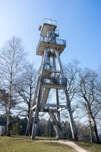 Komplette vertikale Ansicht des Hombergturm in Reinach, Aargau, Schweiz